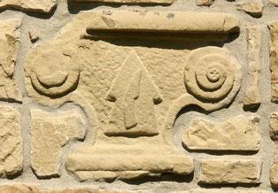 Der Ofenstein ist in einer Hausfassade in der Sickinger Östl. Bahnhofstraße eingemauert. Er zeigt ein bäuerliches Motiv, eine Pflugschar mit einem Pflugsech belegt.