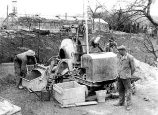 """Baumaschine am Laurentiusheim von Derdingen. Es wurde in der Nachkriegszeit vorwiegend in """"Handarbeit"""" erstellt. Ähnliche Dokumente suchen wir fürs nächste Ortsfamilienalbum."""