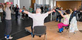 Krafttraining mit Senioren, Senioren stemmen Hanteln, Rückentraining, Fußgewichte, Vorführung