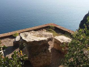 Tavolino e sedie in pietra con vista mare