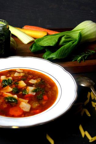 Minestrone mit Gremolata, Pamesan, Pak Choi, Karotten und Bohnen