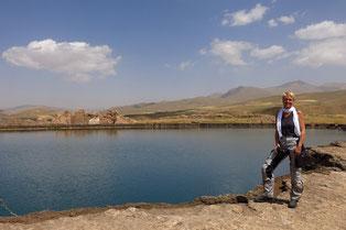 Sassanidischer Quellsee im Inneren von Takht-e Sotleyman