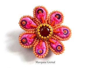 photo d'une broche brodée en forme d'écureuil roux avec queue en tulle et cristal swarovski
