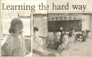 """Cao Shuiyin (links). Kinder von """"Schule mit einem liebenden Herzen"""" (rechts). Foto von Ren Yue."""