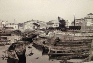 L'area della stazione marittima distrutta dai bombardamenti: sullo sfondo, a sinistra, i resti del fabbricato principale