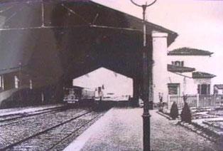 La stazione di Collesalvetti negli anni trenta del Novecento, con la grande pensilina, poi smantellata