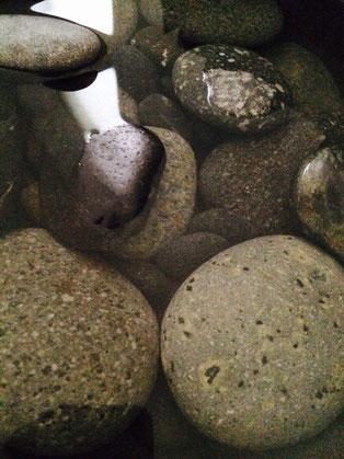 ロミロミに使用するストーン達。個性豊かで、まさにアナ雪に出てくるトロルみたい!!
