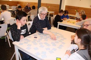 Mit großer Begeisterung spielten die Schüler der Bräugassenschule mit den GENiAL-Senioren bekannte und neue Brett-Spiele. Foto: Vera Finn