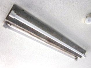 破損した照明器具(屋外防滴用)