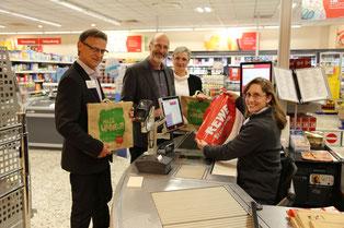 (v.l.) Rüdiger Grau, Bürgermeister Klaus Stapf, Rewe-Kauffrau Ute Petriccione und Mitarbeiterin Anke Schröder. Foto: REWE
