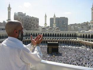 Молящийся паломник в Мечети аль-Харам, в Мекке