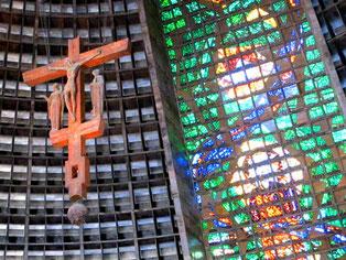 das freihängende Kreuz über dem Altar