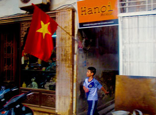 beflaggter Hauseingang in Hanoi