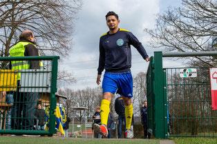 Selman Berisha auf dem Weg zum aufwärmen vor dem Spiel gegen den 1. FC Monheim II (Credit: deutzmann.net)