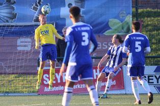 Sven Schneider mit einem Kopfball beim letzten Spiel in Monheim (Foto: deutzmann.net)