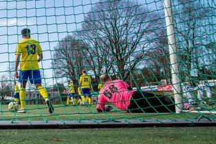 Beim Tor zum 0:1 des FC Monheim II in der 4. Minute zog sich Torhüter Michael Röttgen den Abriss der Bizepssehne zu (Credit: deutzmann.net)