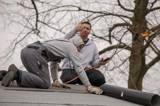 Daumen hoch von Benjamin Uhlenbrock, der auf dem Dach des FC-Treffs Dachpappe verlegt (Foto: deutzmann.net)