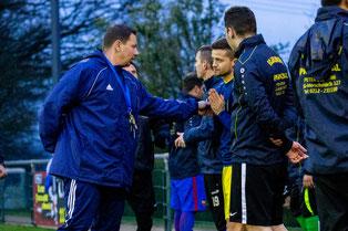 Trainer Benjamin Uhlenbrock im Gespräch mit Kapitän Fabio Couspatras während des Trainings (Foto: deutzmann.net)