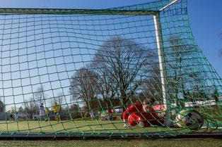 Der Ball im Netz von Monheims Knauf nach dem Tor von Sven Schneider zum 2:3 (Foto: deutzmann.net/Glosemeier)