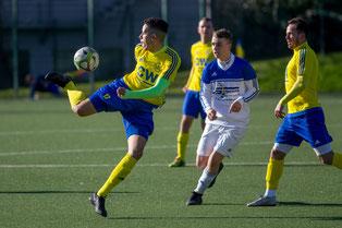 Benjamin Hakiri wird, wie hier im Spiel gegen den 1. FC Monheim II, auch in den kommenden  zwei Jahren für den 1. FC am Ball sein  (Credit: deutzmann.net)