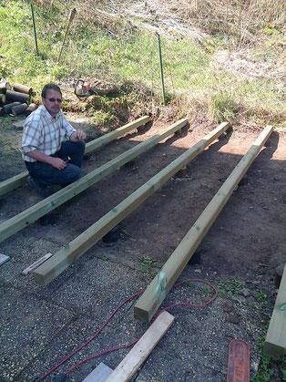 Es muß nicht immer Beton sein ! Holzterrassenstelzfundament aus mit Postöl imprägnierten Rundhölzern . Standdauer über 20 Jahre !