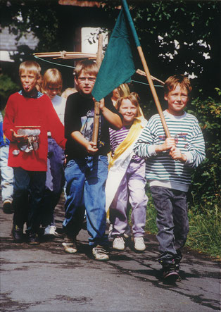 Fast martialisch unterwegs: Sallinghauser Kinder im Schützenzug 1992
