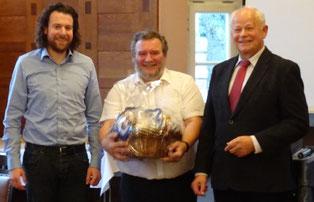 Stv. JU-Kreisvorsitzender Sebastian Riesner (links) und SEN-Chef Rudi Stettmer (rechts) dankten Harald Grill mit einem Präsentkorb für seinen Vortrag.
