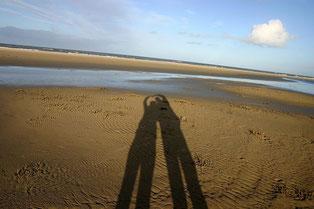 Paar als Schattenbild im Sand