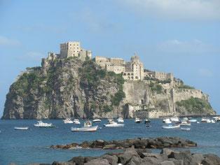dekorativ auf einer Felseninsel liegend: Castello di Ischia