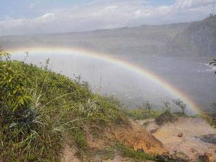 Regenbogen über Gewässer in Venezuela mit Gebirge im Hintergrund