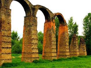 der historische Viadukt in Acqui Terme