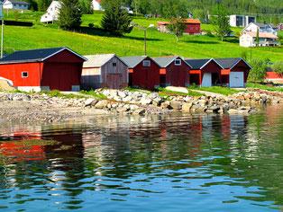 bunte Bootshäuser in Reih und Glied