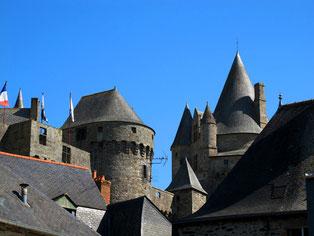 verschachtelt das Dachgewirr entlang der alten Stadtmauer