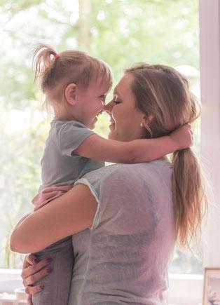 Mama und Tochter innig zusammen