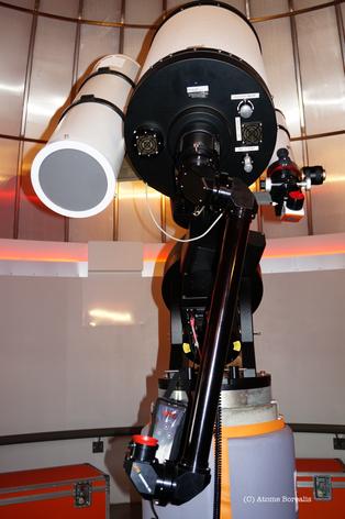 Le bras allonge de 80 cm rend l'observation à l'oculaire accessible à tous.