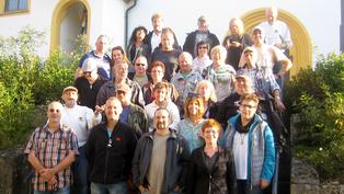 Gruppenfoto vor der Kirche St. Bartholomäus