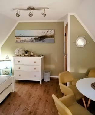 Ein Doppelbett und zwei Einzelbetten.