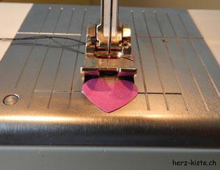 ausgestanzte Herzen mit der Nähmaschine zusammen nähen