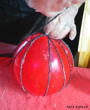 Ballon mit Garn umwickeln für ein DIY Osterei