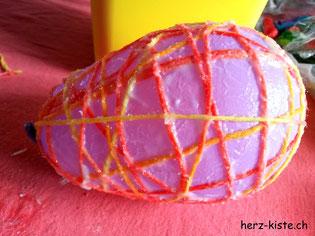 Wasserballon mit Garn umwickelt und gekleistert für Osterei selbstgemacht