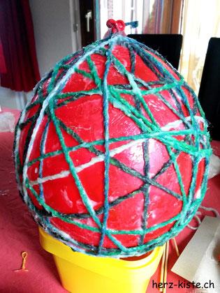 Ballon mit Garn umwickelt für DIY Osterei