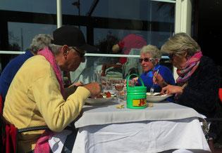 13.03.2016 - Frühling -Mittagstisch mit Sonnenbrille