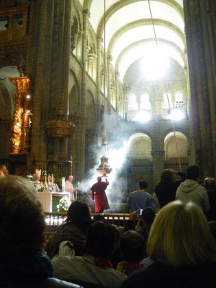 A la messe des pélerins, le Botufumeiro se balancera dans les airs....