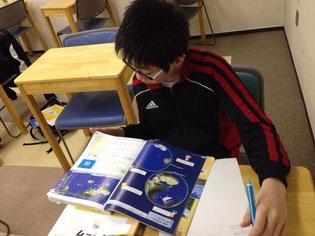 地理のまとめ中〜教科書をがっつり読んでいます。