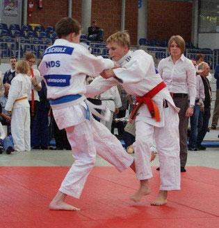 Bengt Schulz li. beim erfolgreichen Fußfegewurf
