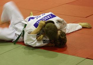 Johannes Koschel hat den Gegner fest im Haltegriff, was mit Bronze belohnt wird.
