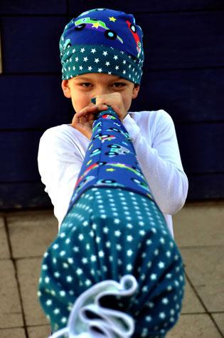 Bild: Junge mit Stoffschultüte von AnfängerGlück als Trompete