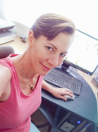 Silvia bei der Arbeit am PC