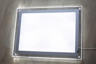 Acryl-Rahmen mit eingeschalteter LED-Streuscheibe