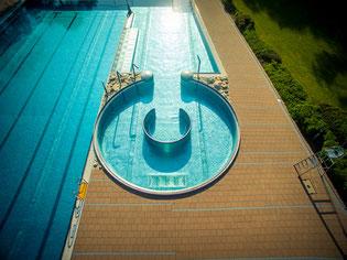 240m³ Wasser zum Entspannen auf Massagedüsen oder für Action im Strömungskanal.